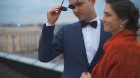 Couples de mariage se tenant sur le toit banque de vidéos
