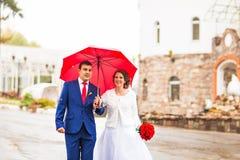 Couples de mariage sous la pluie photos libres de droits