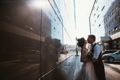 Couples de mariage sur des bâtiments de miroir de backround Images stock