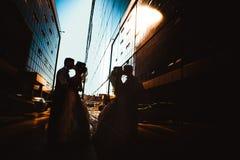 Couples de mariage sur des bâtiments de miroir de backround Photo stock