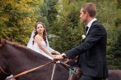 Couples de mariage sur des chevaux Image stock