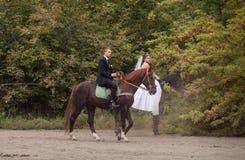 Couples de mariage sur des chevaux Photos libres de droits