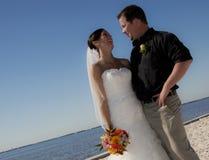 Couples de mariage sur la plage Images stock