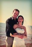 Couples de mariage sur la plage Photo stock