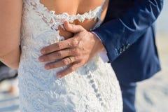 Couples de mariage sur la plage marchant loin Plage sablonneuse blanche calme et romantique pour la destination de lune de miel e Image stock