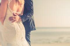 Couples de mariage sur la plage marchant loin Plage sablonneuse blanche calme et romantique pour la destination de lune de miel e Photos stock