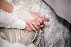 Couples de mariage tenant les mains, le marié heureux et la jeune mariée, toucher doux image stock