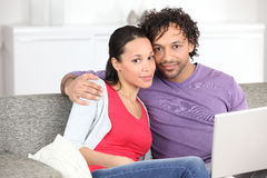 Couples de Metis faisant l'ordinateur Photo stock