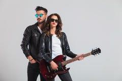 Couples de mode jouant la guitare électrique Photo stock