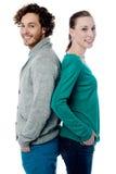 Couples de mode posant de nouveau au dos Images libres de droits