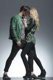 Couples de mode se tenant face à face Images stock