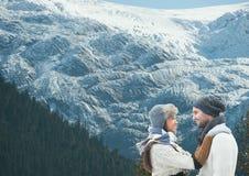 couples de montagne de voyage Photos stock