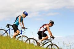 Couples de Mountainbike à l'extérieur Photos libres de droits