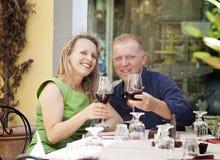 Couples de Moyen Âge dans le café Photos stock