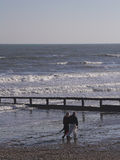 Couples de Moyen Âge flânant sur la plage images stock