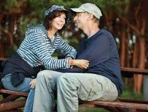couples de Moyen-âge se reposant sur un banc Images stock
