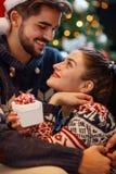 Couples de Noël appréciant pendant les vacances Photo stock