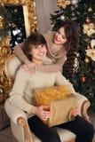 Couples de Noël heureux dans l'amour Jeune fille de brune étreignant la main Image libre de droits