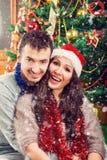 Couples de Noël souriant heureusement appréciant les vacances et la neige Photographie stock