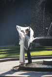 Couples de nouveaux mariés à Prague à la fontaine de chant photographie stock