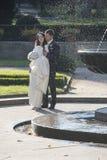 Couples de nouveaux mariés à Prague à la fontaine de chant images stock