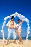 Couples de nouveaux mariés dans Hula hawaïen Image libre de droits