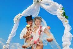 Couples de nouveaux mariés dans Hula hawaïen Photos libres de droits