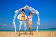 Couples de nouveaux mariés dans Hula hawaïen Photographie stock libre de droits