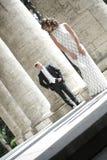 Couples de nouveaux mariés dans l'amour Photo stock