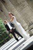 Couples de nouveaux mariés dans l'amour Photos stock