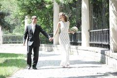 Couples de nouveaux mariés dans l'amour Photo libre de droits