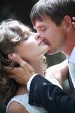 Couples de nouveaux mariés dans l'amour Image stock