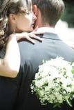 Couples de nouveaux mariés dans l'amour Images stock