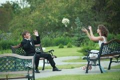 Couples de nouveaux mariés dans l'amour Image libre de droits
