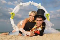 Couples de nouveaux mariés dans la danse polynésienne hawaïenne Image stock