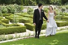 Couples de nouveaux mariés en parc Photo stock