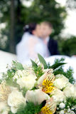 Couples de nouveaux mariés et bouquet de mariage Photo libre de droits