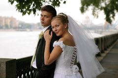 Couples de nouveaux mariés le jour du mariage Photo stock
