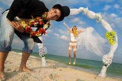 Couples de nouveaux mariés dans la danse polynésienne hawaïenne Images stock