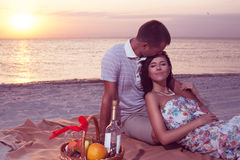 Couples de passion sur le coucher du soleil de plage Images libres de droits