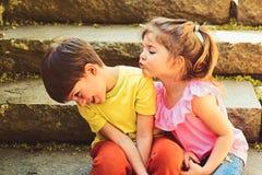 couples de petits enfants Garçon et fille L'enfance aiment d'abord Petits fille et garçon sur des escaliers rapports Vacances d'é photos stock