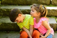 couples de petits enfants Garçon et fille L'enfance aiment d'abord Petits fille et garçon sur des escaliers rapports Vacances d'é image libre de droits