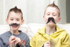 Couples de petits frères faisant les visages drôles Image libre de droits