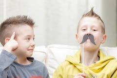 Couples de petits frères faisant les visages drôles Photo libre de droits
