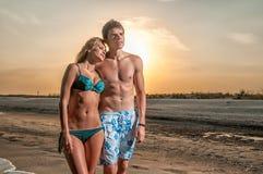 couples de plage appréciant des vacances heureuses Photos stock