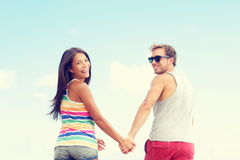 Couples de plage ayant des vacances romantiques de vacances d'amusement Image stock