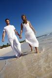 couples de plage heureux Image libre de droits