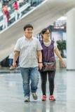 Couples de poids excessif dans le centre commercial, Pékin, Chine Images libres de droits