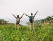 Couples de randonneur dans l'amour se tenant sur la crête de la colline Image libre de droits