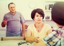 Couples de retraité parlant avec la fille Image libre de droits
